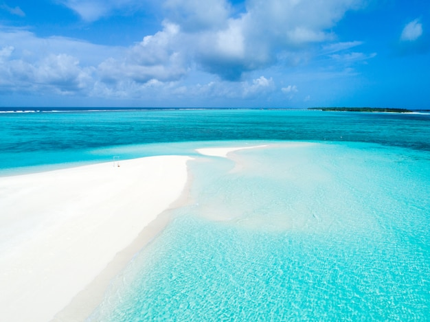 Mooie luchtfoto van de malediven en tropisch strand. reizen en vakantie concept