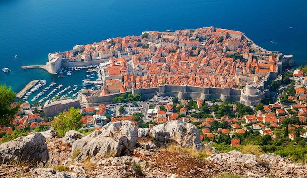 Mooie luchtfoto van de middeleeuwse oude stad dubrovnik, zuid-dalmatië, kroatië