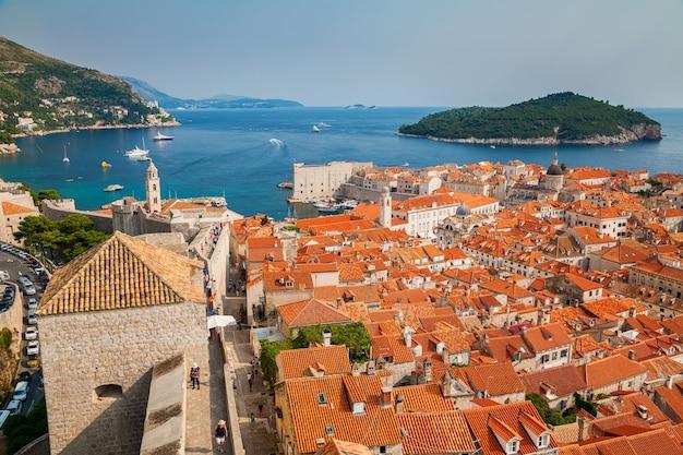 Mooie luchtfoto van de oude binnenstad van dubrovnik en het eiland lokrum vanaf de stadsmuren, kroatië