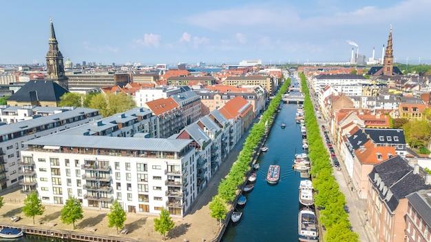 Mooie luchtfoto van de skyline van kopenhagen van bovenaf, nyhavn historische pier haven en kanaal met kleur gebouwen en boten in de oude binnenstad van kopenhagen, denemarken