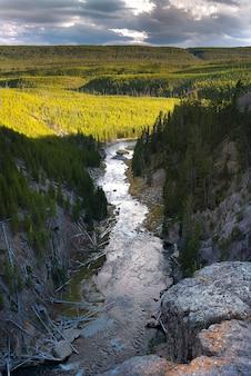 Mooie luchtfoto van de yellowstone-rivier