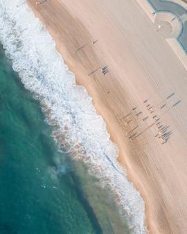 Mooie luchtfoto van de zee en de kust