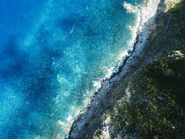 Mooie luchtfoto van de zee met bergen