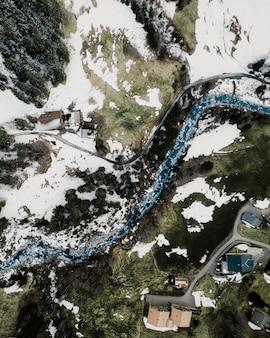Mooie luchtfoto van een kleine stad in de voorsteden in de besneeuwde bergen