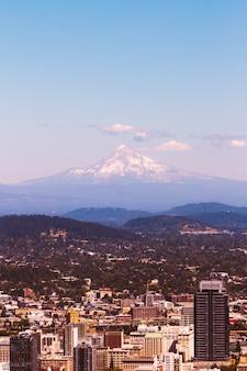 Mooie luchtfoto van een stedelijke stad met een geweldige besneeuwde berg