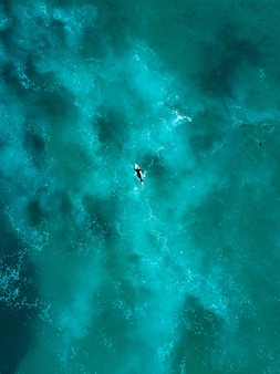 Mooie luchtfoto van oceaan golven recht van boven in vogelvlucht