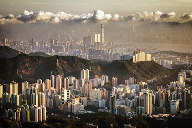 Mooie luchtfoto van stadsgebouwen onder een bewolkte hemel