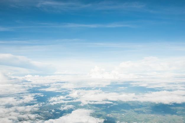 Mooie luchtfoto van wolken in de zomer blauwe hemel en land