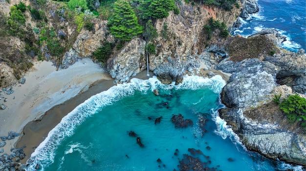Mooie luchtfotografie van de kustlijn van de zee met verbazingwekkende golven op een zonnige dag