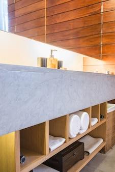 Mooie luxe badkamer en toilet interieur