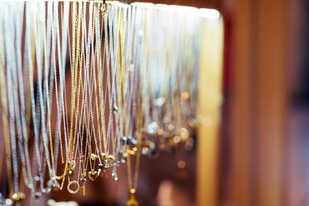 Mooie luxe gouden accessoires gedetailleerd handwerk, vintage mode te koop in juwelierszaak thailand