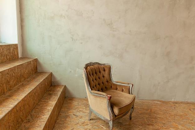 Mooie luxe klassieke biege schone binnenruimte in grungestijl met bruine barokke fauteuil