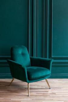 Mooie luxe klassieke blauwgroene schone interieur kamer in klassieke stijl met groene zachte fauteuil