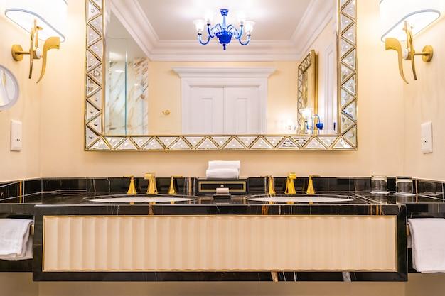 Mooie luxe kraan en wastafeldecoratie in de badkamer