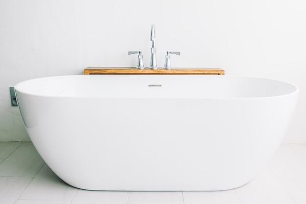 Mooie luxe witte badkuipdecoratie