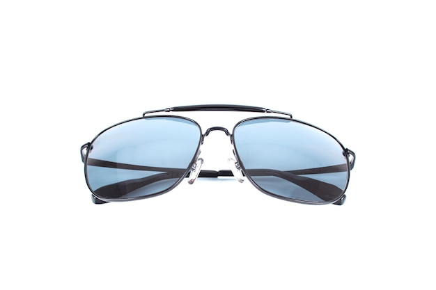Mooie luxe zwarte zonnebril die op wit wordt geïsoleerd