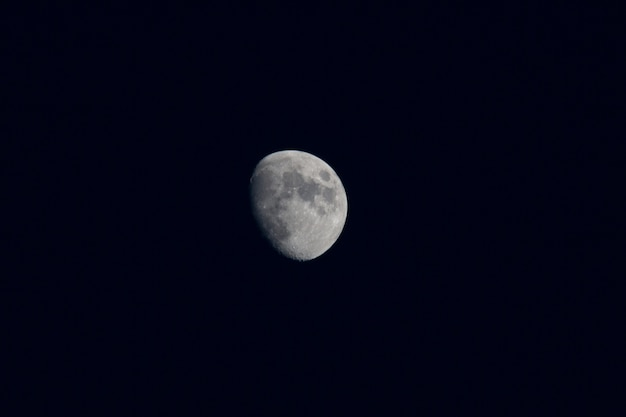 Mooie maan in de zwarte nachtelijke hemel