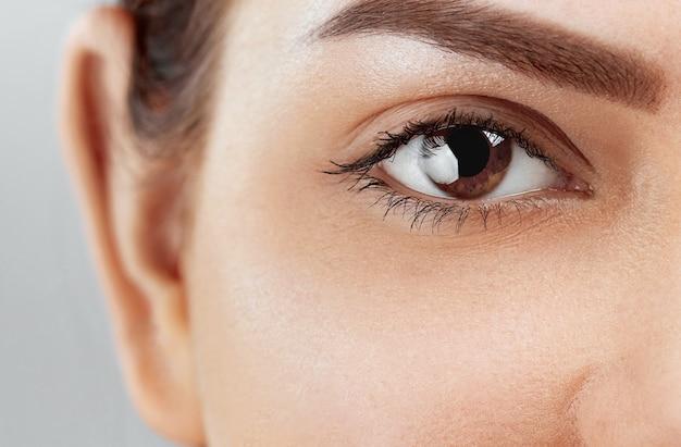 Mooie macro-opname van vrouwelijk oog met extreem lange wimpers en zwarte voeringmake-up. make-up met een perfecte vorm en lange wimpers.