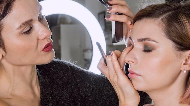 Mooie make-up artiest werkt