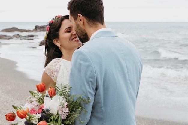 Mooie man en vrouw poseren op het strand
