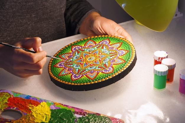 Mooie mandala geschilderd met een close-up van een borstel