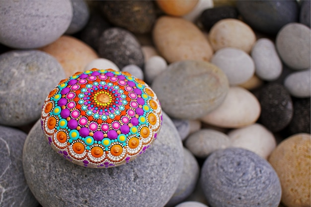 Mooie mandalahand die op een overzeese steen wordt geschilderd