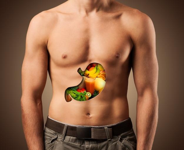 Mooie mannelijke torso met gezonde ingrediënten