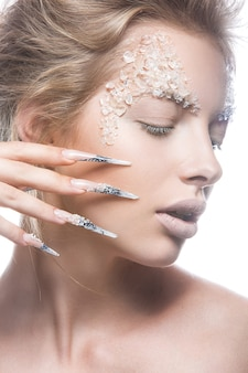 Mooie mannequin met lange nagels, creatieve make-up en manicure-ontwerp.