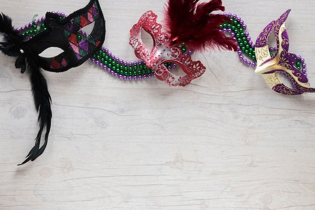 Mooie maskers op kralenkettingen