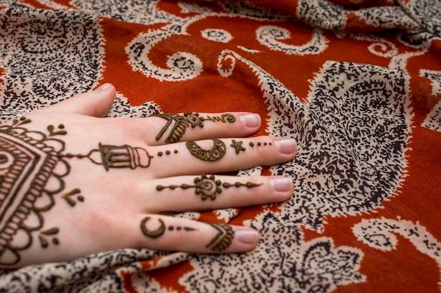 Mooie mehnditatoegering op vrouwenhand