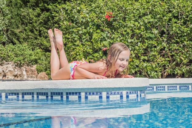 Mooie meisjes bij zwembad in de zomer