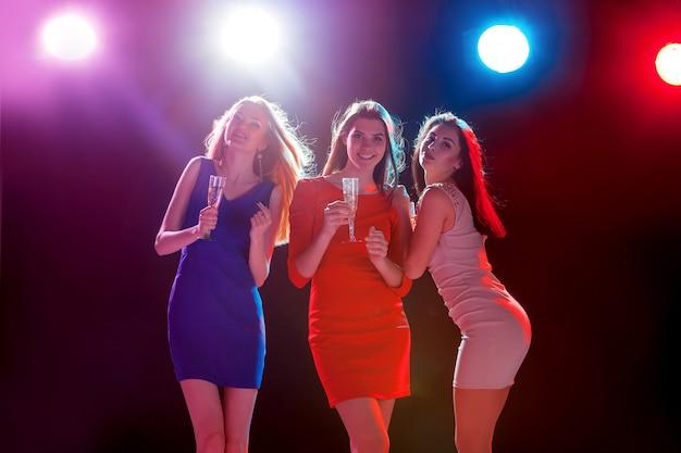 Mooie meisjes dansen op het feest