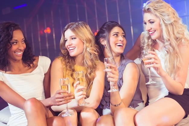 Mooie meisjes die champagneglas houden