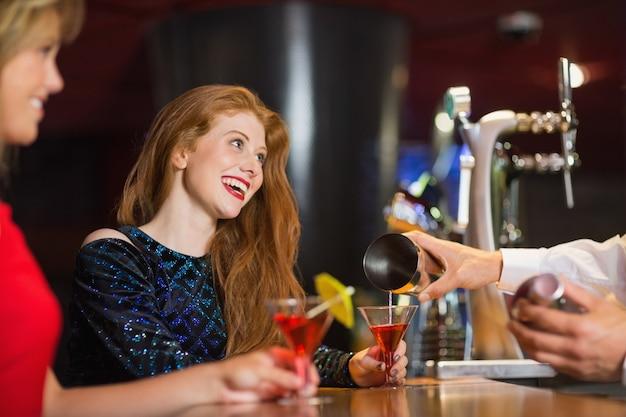 Mooie meisjes die cocktails worden geserveerd