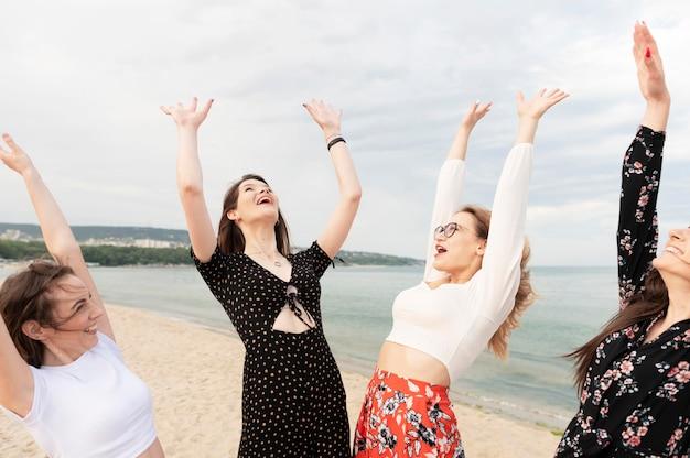 Mooie meisjes die pret hebben bij strand