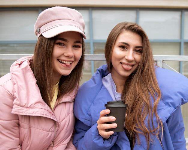 Mooie meisjes die samen tijd doorbrengen