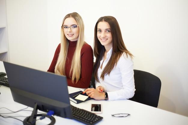 Mooie meisjes die werken in het kantoor van een adviesbureau