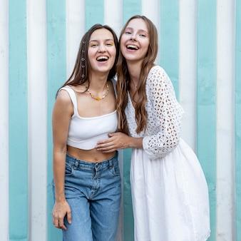 Mooie meisjes genieten van de tijd