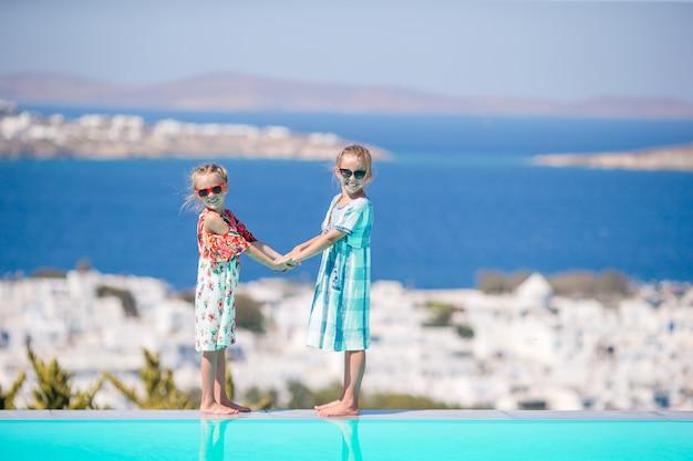 Mooie meisjes genieten van griekse vakantie op little venice.