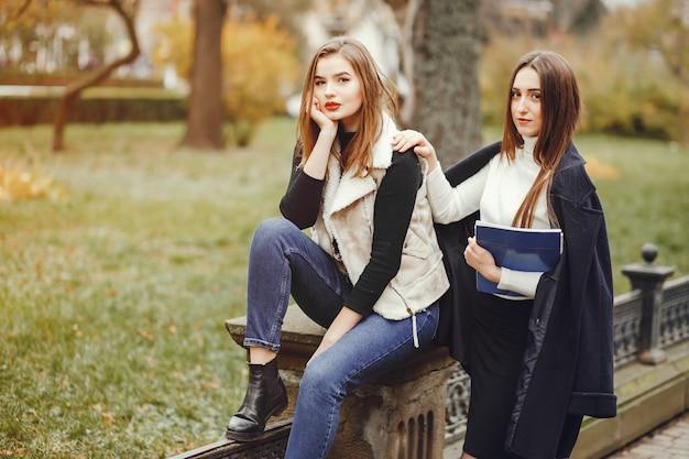 Mooie meisjes in een stad