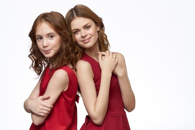 Mooie meisjes in identieke kleding, een paar meisjes in de studio