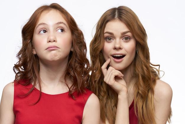 Mooie meisjes in identieke kleding, een paar meisjes