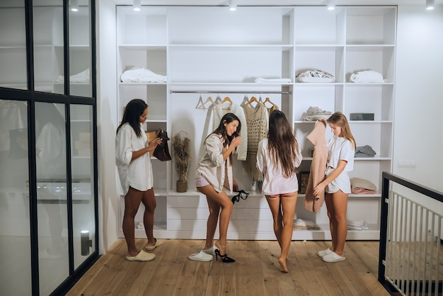 Mooie meisjes kiezen hun kleren thuis