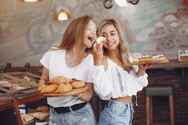 Mooie meisjes kopen broodjes bij de bakkerij