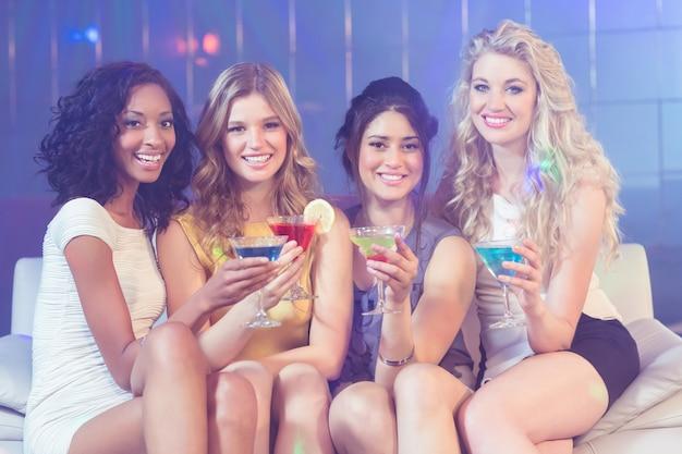 Mooie meisjes met cocktails