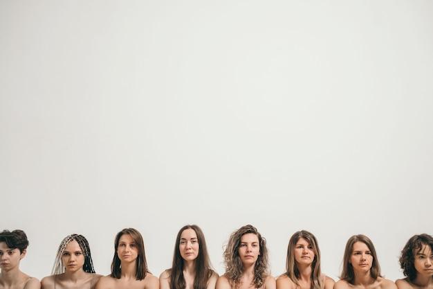 Mooie meisjes met natuurlijke schoonheidshoofden van verschillende vrouwen in dezelfde frameplaats voor uw tekstb...