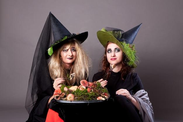 Mooie meisjes naar het beeld van heksen