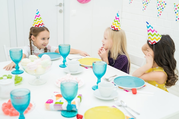 Mooie meisjes plezier op verjaardags etentje