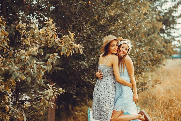 Mooie meisjes rusten uit in een veld