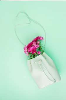 Mooie meisjes tas met bloemen. vrouwelijke urban fashion, winkelen, gfit-ideeën, lente- en zomerstijl